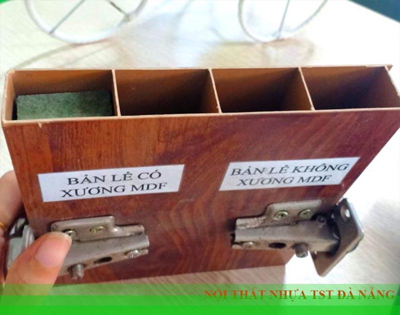 nhét xương gỗ ở bản lề tủ nhựa Đài Loan cho chắc chắn
